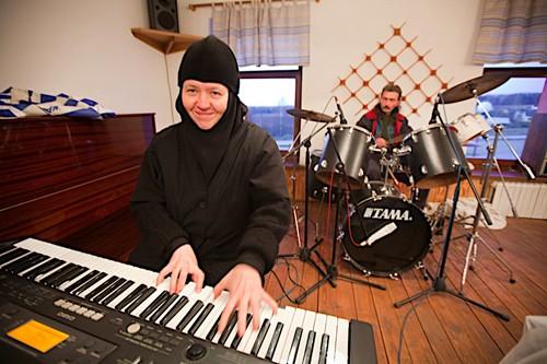 На подворье есть своя музыкальная группа. Регент инокиня Ирина (Денисова) занимается с братией музыкой