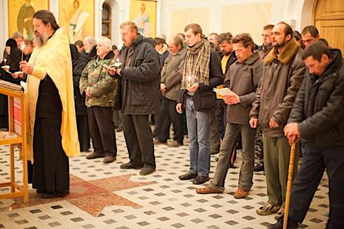Количество насельников монастыря подворья колеблется в пределах от 50 до 80 братьев. Здесь регулярно проходят богослужения. День и ночь братья читают Неусыпаемую Псалтирь