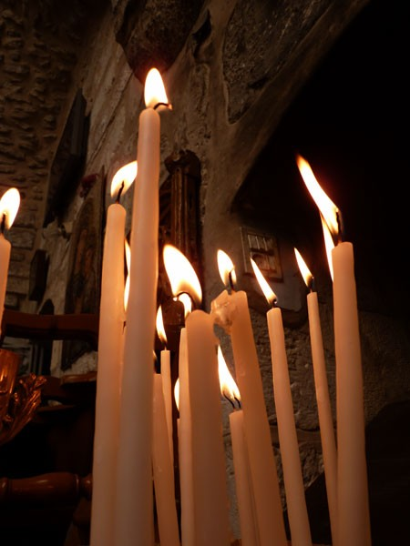 Свечи в храме Константина и Елены.