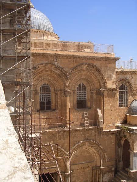 Окна в храме Гроба Господня - на уровне Голгофы