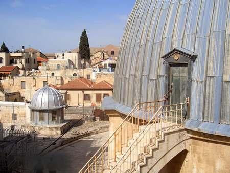 Справа - купол над Гробом Господним. Слева - купол домовой церкви Иерусалимской Патриархии - храм Константина и Елены.