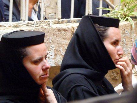 и христианский (Великая Пятница). Румынские монахини.