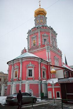Огромный Богоявленский собор, одна из крупнейших построек нарышкинского стиля. В советское время обезглавлен, передан под общежитие, но в 1980-е началась его реставрация. Сейчас собор полностью восстановлен