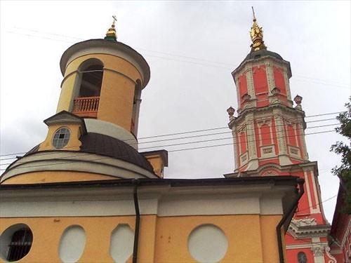 Сама Меншикова башня стоит во дворе, а в Архангельский переулок южным фасадом «смотрит» церковь Федора Стратилата (зимняя, тогда как церковь Архангела Гавриила считалась холодной, летней), построенная для архангельского прихода архитектором Иваном Еготовым в 1806 году