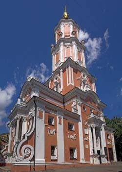 Церковь Архангела Гавриила на Чистых прудах (Меншикова башня), 1707 г., первоначально имела пять уровней с каменными нефом, башней-четвериком и двумя нижними ярусами-восьмериками; верхний восьмерик был деревянным. Церковь Архангела Гавриила строил, по преданию, зодчий Иван Зарудный. Мастер, известный по другим московским храмам, -- Иоанна Воина на Якиманке и Спасского собора Заиконоспасского монастыря на Никольской. Все эти постройки -- программные произведения новой петровской архитектуры