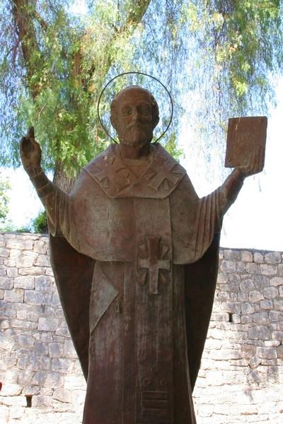 Святитель Николай - статуя перех храмом
