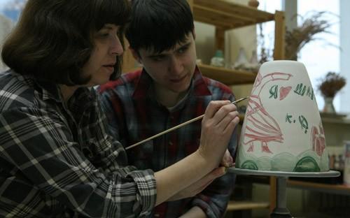 Худрук гончарной мастерской Тамара Лаврентьева: «Обучение таких людей творческой работе в принципе отличается от обучения в обычном художественном вузе. Можно сказать, что ребята делают, что хочется, а моя задача - в том, чтобы понять замысел, подключиться к идее, помочь ее реализовать. Бывает, что ученик может, например, только стучать молотком, а я должна придумать, что подложить под этот молоток, чтобы выходило красиво»