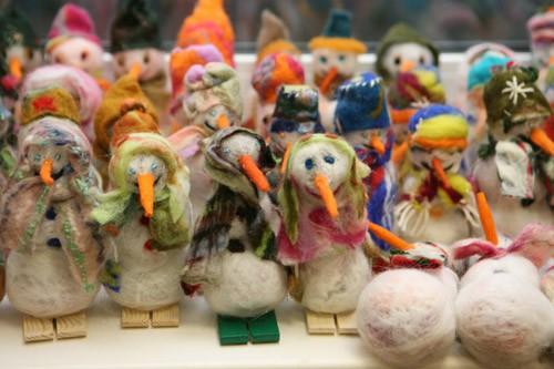 Работа первокурсников из швейно-ткацкой мастерской – снеговики созданы как валенки – техникой «валяния»