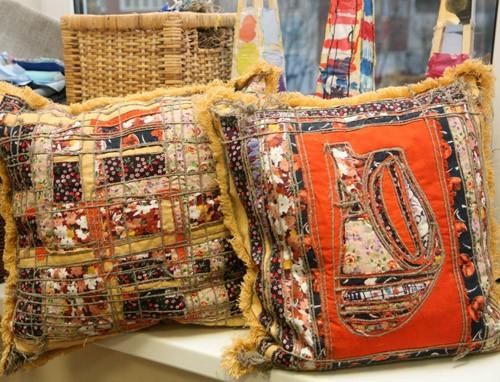 В ожидании ярмарки: глиняные фигурки, сумки, шапки, мешочки, сувениры, игрушки, подушки...