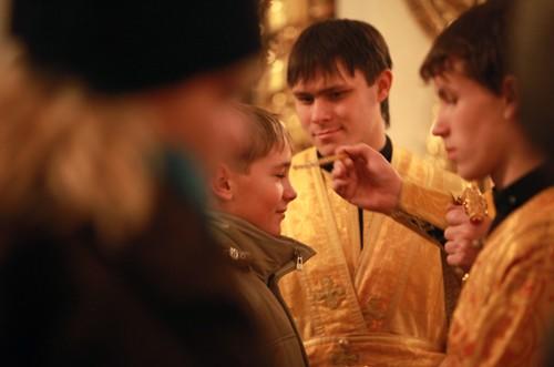 Все воспитанники Детского корпуса посещают монастырские службы: в субботу -- Всенощную, в воскресенье -- Литургию и все праздничные богослужения. Причачщаются на Рождество, Крещение, Пасху, Успение, на свои именины и в дни рождений. По благословению наместника, пост детям облегчают: по средам и пятницам кормят рыой, во время Великого поста рыбу заменяют грибами. В кельях у детей есть иконы, молитвословы, но правило читают по желанию. «Я не могу сказать: молись или я тебя накажу, — говорит о.Владимир. — Без желания самого человека Господь его не спасет. Но точно могу сказать, что наши дети относятся к вере намного серьезнее, чем их сверстники»