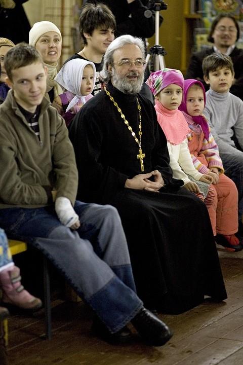 Протоиерей Александр Ильяшенко с маленькими прихожанами на детском празднике