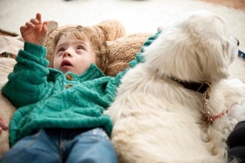 При повышенном тонусе ребенка необходимо расслабить. Да и просто большое удовольствие полежать в живых теплых «подушках»