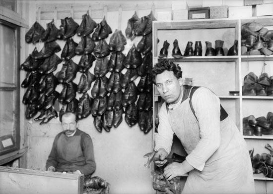 Бывший депутат Государственно Думы, башмачник в Париже, 1930