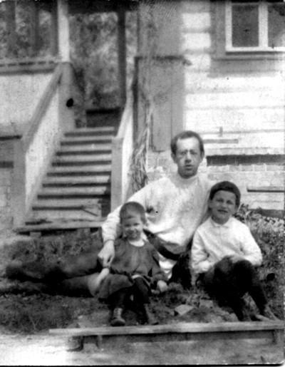 Отец Владимир Амбарцумов с детьми