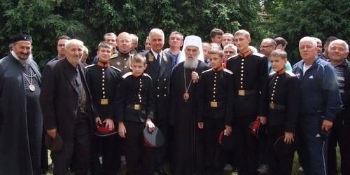 Патриарх Ириней, посол России в в Сербии Александр Конузин и кадеты после Литургии
