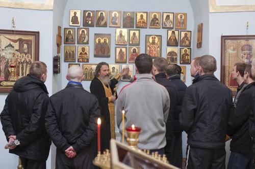 После богослужения о. Константин подводит заключенных к иконам бутырских святых и рассказывает о новомучениках, освятивших своим присутствием тюремные стены