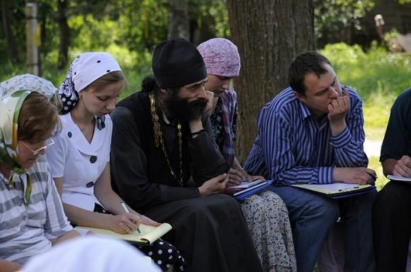 Лекции. В центре - иермонах Макарий (Маркиш)