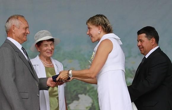 Татьяна Шумова и глава округа Муром награждают медалю За верность и любовь