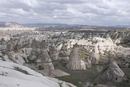 Вид на деервню Гереме со смотровой площадки на дороге от Невшехира. Деревенские домики высечены прямо в скалах. В некоторые проведено электричество и водоснабжение, такие дома-скалы сдаются туристам. Вокруг – скалы и холмы с некогда обитаемыми пещерами. В любой заброшенной пещерке остановиться на ночь – попробовать на себе, как жили здесь ранние христиане тысячу лет назад