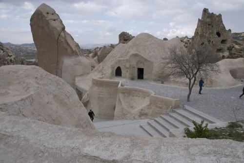 Goreme Open Air Museum – Музей под открытым небом рядом с деревней Гереме – множество церквей, вырубленных в скалах поблизости друг от друга. В 1984 году он был включен в список всемирного наследия ЮНЕСКО. Все эти храмы появились около X-XII веков