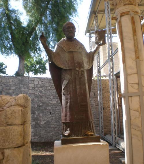 Статуя во дворе храма, выстроенного на месте древней церкви, где служил святитель Николай. Внутри храма находится саркофаг, в котором хранились мощи святого, в XI веке их перенесли в итальянский город Бари