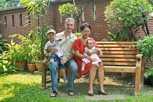 Осевшие в Таиланде европейцы часто женятся на тайках. Вслед за мужьями тайские жены переходят в христианство. Несколько таких смешанных семей есть и на православных приходах Таиланда. На фото: русский прихожанин бангкокского храма с семьей