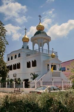 Храм всех святых, от века просиявших, в русском районе Паттайи. Внизу – трапезная и кабинет настоятеля, второй этаж – собственно церковь. На колокольне установлен «электронный звонарь»