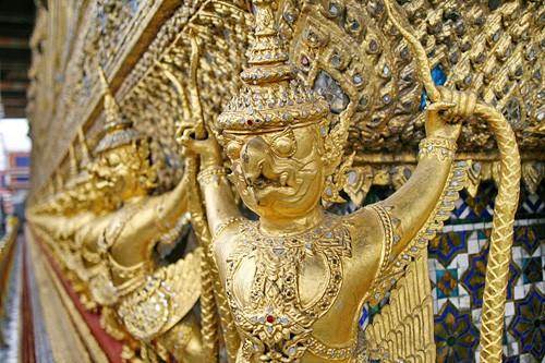 Многочисленные языческие храмы ослепляют позолотой. Здесь ото и дело встречаешься взглядом с каким-нибудь буддистским чудовищем. На фото: гаруда – полуптица, получеловек, национальный символ Таиланда