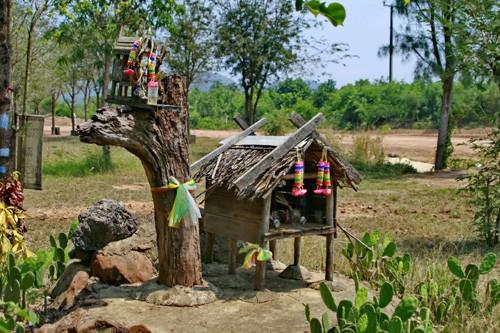 Такие домики «для духов-покровителей» тайцы ставят перед своими жилищами