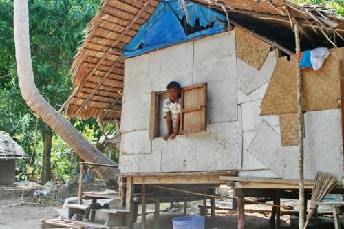 Не смотря на внешнее убожество, таиландский дом устроен очень разумно: холодный воздух поступает снизу через щели в полу, а горячий выходит в промежуток между стеной и крышей