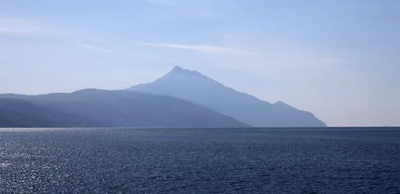 Впереди в небесной сини Святая Гора (горизонт между прочим ровный - это просто оптический обман зрения)
