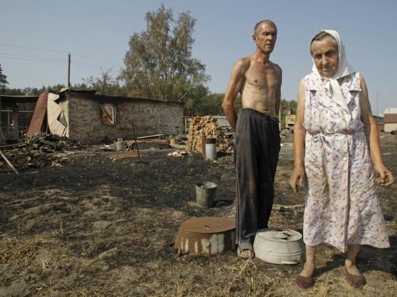 79-летняя Анна Исмайкина с зятем во дворе своего сгоревшего дома в Шуберском
