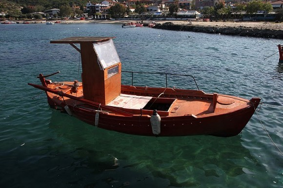 У пристани - местная экзотика - парящие в море лодки рыбаков