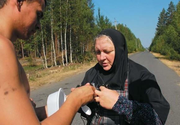 Мать Антония собирает у бойцов мобильные телефоны и зарядники. Вечером она привезет сотовые обратно в лес уже заряженными.