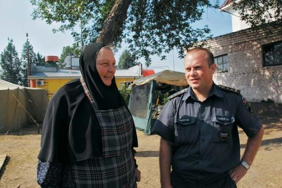 Настоятельница Выксунского женского монастыря мать Антония во дворе городской пожарной части.