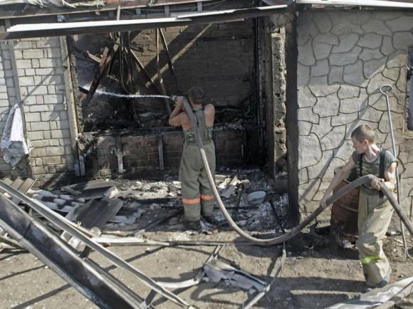 Пожарные тушат уже догорающий дом в воронежском лесу