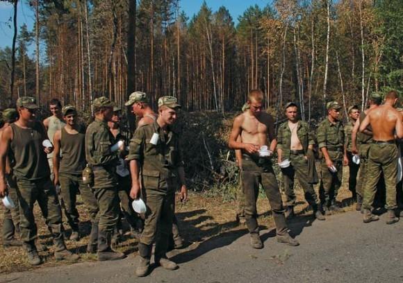 Солдаты направлены в лес расчищать образовавшиеся завалы и делать пожарные просеки.