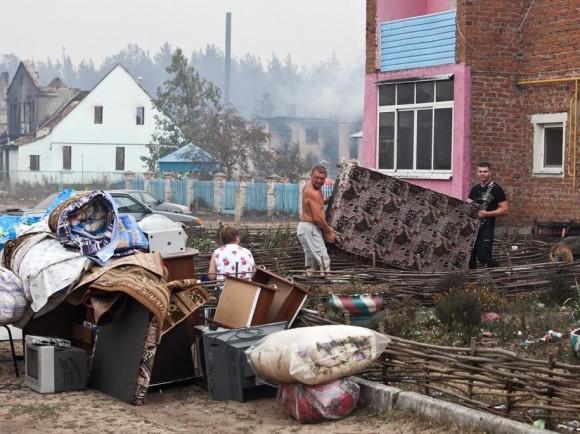 Жители Мохового стараются спасти остатки вещей