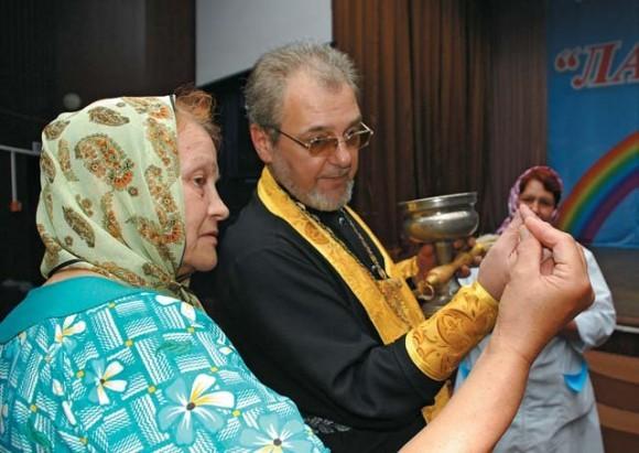 Отец Игорь объясняет, как правильно сложить пальцы троеперстием.