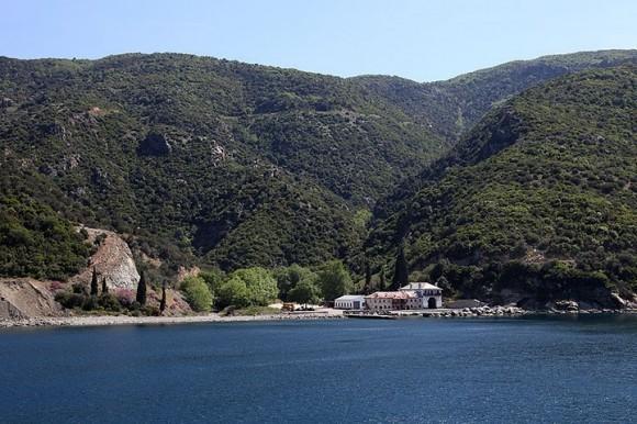 """Пристань (по-гречески """"арсана"""") монастыря Ксиропотам, проплываем мимо"""