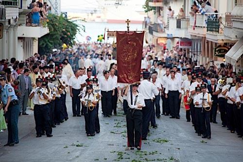 Соседние острова присылают участвовать в шествии детские оркестры - музыкальное образование очень развито в Греции, поэтому почти у каждой школы есть свой оркестр