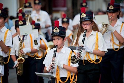 Музыканты идут очень медленно, а оркестров может быть много, поэтому их шествие, предваряющее крестных ход, начинается на 30-40 минут раньше - все это придает торжественности и удлиняет праздник