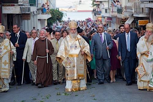 Митрополит Закинфа Хризостом, за ним идут католики, представители префектуры и мерии, потом официальные делегации и паломники