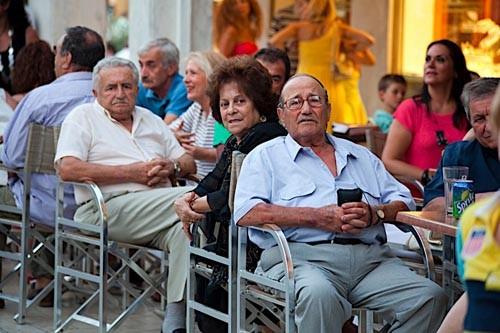 Греки заранее занимают места в кофейнях...