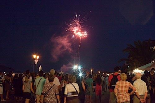 Праздник заканчивается поздно вечером потрясающим фейерверком и греки расходятся по тавернам – праздновать