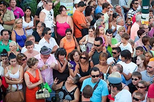 Паломники и туристы (на Ионических островах летом много отдыхающих) собираются на Закинф с самого раннего утра. Паромы-гиганты привозят их с других островов и с материковой Греции . Кажется, что население острова удваивается в дни праздника.
