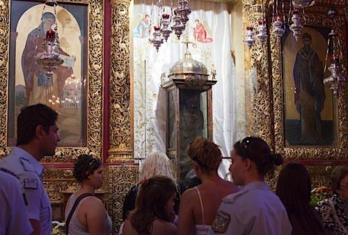 В храме мощи охраняет полиция, но верующие не толкаются, не ругаются, стоят благоговейно - ждут своей очереди