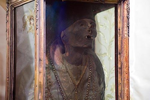 Мощи сохранились нетленными. Только руки святителя в 18 веке отрезали пираты