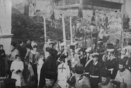 Фотография 1953 года, когда на острове произошло сразу 3 разрушительных землетрясения, после которых почти ни одно здание не уцелело, много людей погибли. Но крестных ход с мощами святителя все равно прошел... по руинам города