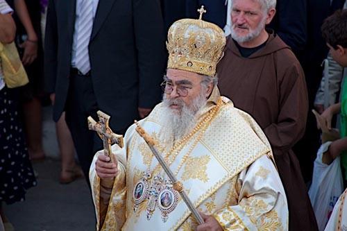 Митрополит Закинфа Хризостом. Первыми за ним, по давней традиции, идут представители Католической Церкви, а потом все остальные верующие
